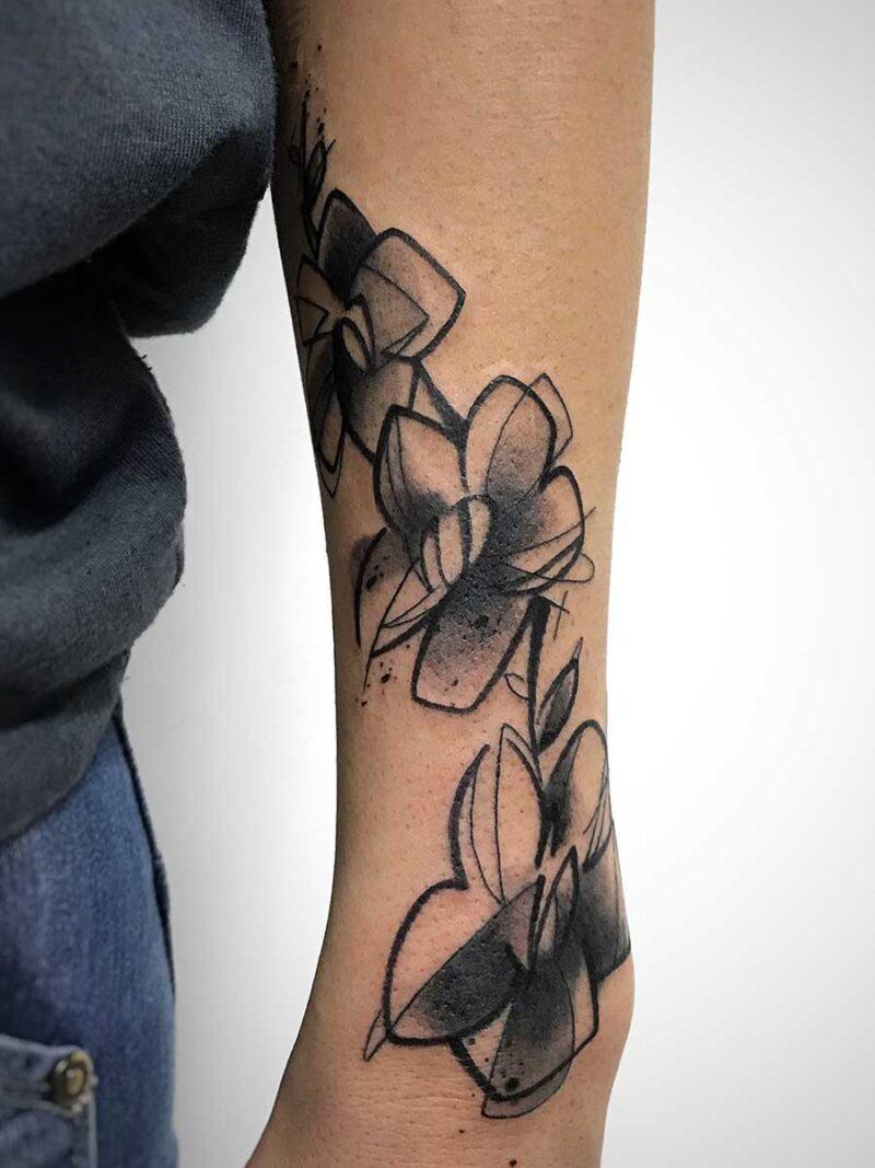 Tatuaggio acquerello fiori su polso, copertura