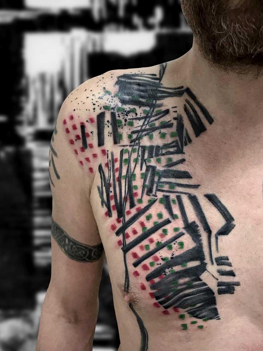 Tatuaggio texture astratta su petto maschile