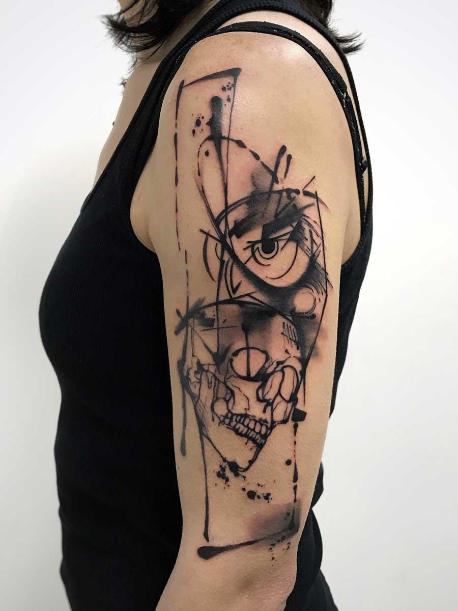 Tatuaggio acquerello gufo con teschio su braccio