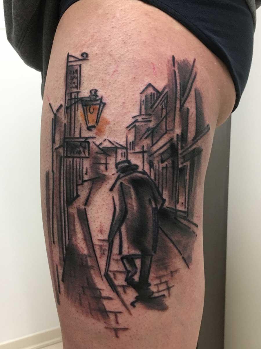 Tatuaggio nonno che cammina in città