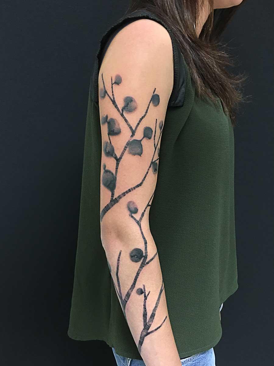Tatuaggio rami astratti su braccio