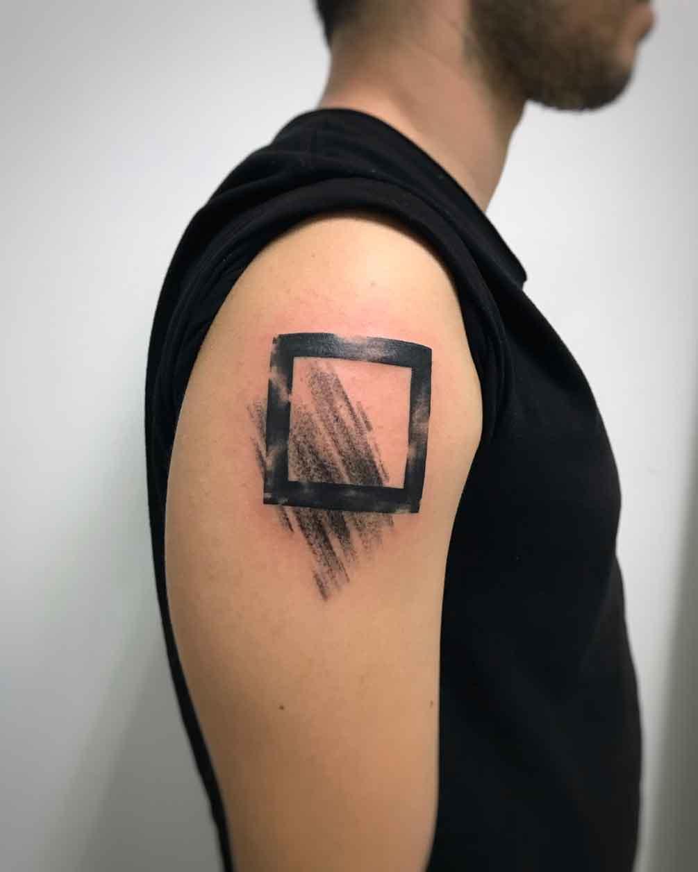 Tatuaggio astratto quadrato su braccio