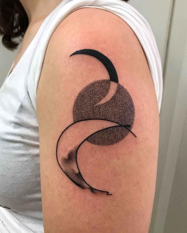 Tatuaggio luna in stile astratto, su braccio