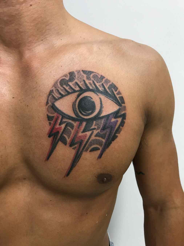 Tatuaggio temporale occhio e fulmini