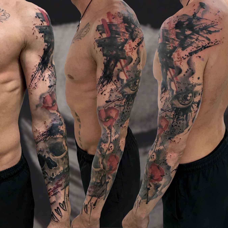 Tatuaggio in stile trash polka e astratto con teschio